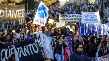 Importantes columnas de gente se movilizaron por las calles céntricas de Puerto Madryn.