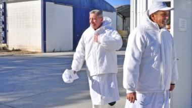 Visita. El gobernador junto a Sergio Massa durante la recorrida por la planta pesquera Iberconsa en el puerto de Rawson.