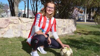 """""""Quiero jugar al fútbol , disfrutar, aprender y pasarla bien en Argentina"""", dijo Jefina con alegría. Ella tiene 17 años y es delantera por afuera y volante por derecha."""