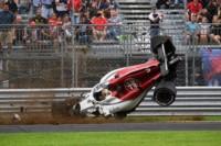 El DRS no se cerró al frenar. El Sauber quedó destruido, pero Marcus se bajó caminando.