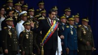 Momento del acto de Nicolás Maduro, instante después una fuerte explosión lo obligó a dejar el palco.