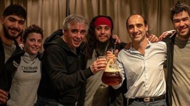 Juventud y experiencia. El doctor Diego Libkind junto al equipo de Cervecería Bachmann, protagonistas del gran logro.