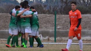 Así festejaban los jugadores de Dolavon. El gol llegó en el primer minuto de descuento y fue obra de Gastón Cabezas tras el pase de Jorge Krebs.