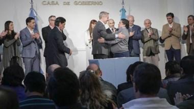 El gobernador encabezó la firma de convenios con 11 comunas rurales por la Emergencia Climática.