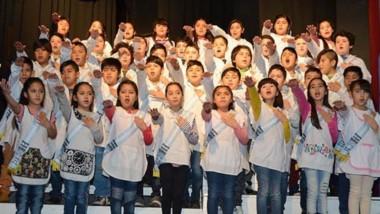 """Orgullo. Los alumnos de cuarto grado al unísono dijeron """"Sí, prometo"""", jurando lealtad soberana."""