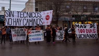 Los alumnos de la Escuela Vial de Trelew pasaron con la movilización frente a la redacción de Diario Jornada.