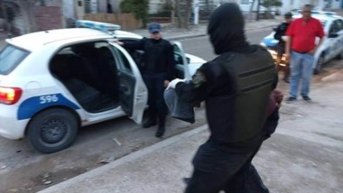 Los detenidos no opusieron resistencia al momento de su aprehensión, mientras un cómplice es buscado.