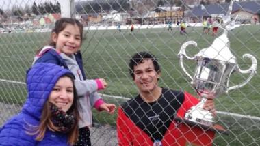 """Almendra posa con el trofeo de la Liguilla junto a su esposa,  Fernanda Escobar, y su hija,  Eluney.  """"Ellas me siguen siempre"""", expresó el """"Pela""""."""