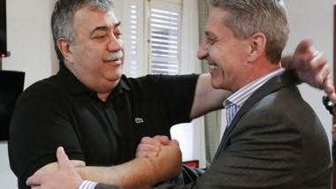 Saludo. González (izquierda) y Arcioni, tras la reunión en Rawson.
