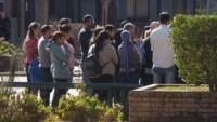 Frente a la conmoción por la denuncia, varias familias se acercaron hasta el colegio para exigir respuestas. Ignacio Blanco / Los Andes