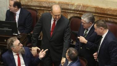Dúo. Los senadores Alfredo Luenzo y Juan Mario Pais ayer en el recinto en pleno debate por el aborto.