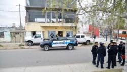 Un efectivo policial fue herido en Neuquén durante los procedimientos (foto La Mañana de Neuquén)