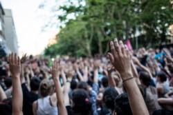 Cuando se preguntó por la negativa, las manos se levantan con decisión y concluyeron en un grito de