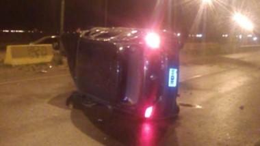 Uno de los vehículos quedó volcado producto del violento impacto.