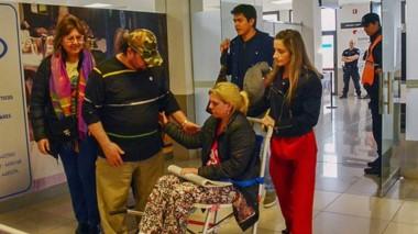 Conmovidos. Con gran emotividad, los heridos fueron recibidos por sus seres queridos y personal médico.
