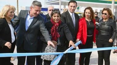 Nuevo pavimento. El gobernador junto con la diputada nacional Rosa Muñoz y el intendente Adrián Maderna, deja inaugurado el pavimento para la zona sur de Trelew.