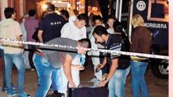 Personal policial revisa la heladera donde estaba el cuerpo de Natalia.