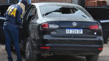 Una integrante de la Policía Federal inspeccionó el automóvil baleado.
