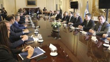 Ida y vuelta. Durante la cumbre con Macri, Arcioni expuso los principales reclamos que está planteando Chubut ante el Ejecutivo Nacional.