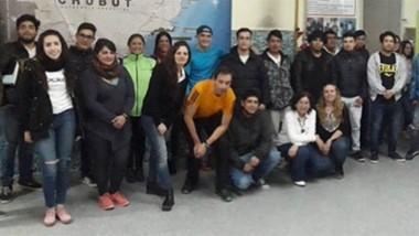 """El profesor y alumnos de la Escuela N° 776 de Playa Unión """"Emmanuel Pueblas Pires""""."""