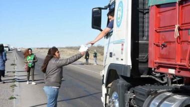 Protesta. Un camionero recibe la información del gremio acerca de los efectos negativos del ajuste.