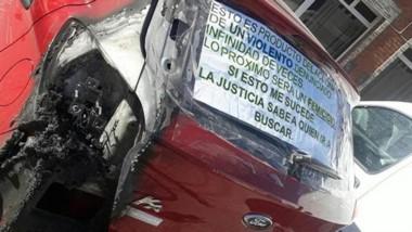 Evidencia. Así quedó el vehículo de la mujer, que fue atacado dos veces por su expareja, según denunció.