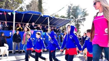 Las autoridades desde el palco. Parte del desfile que se hizo en el marco de los festejos por un nuevo aniversario de la ciudad capitalina.