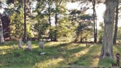 La imagen panorámica de Google Street View con la misteriosa niña tras el árbol y la ominosa figura negra al fondo.