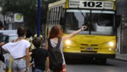 El ministro Dujovne aseguró que las provincias se harán cargo de los subsidios al transporte público y a las tarifas eléctricas que actualmente cubre la Nación.