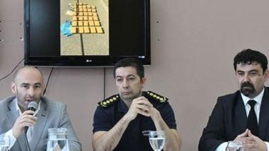 El ministro de Gobierno, Federico Massoni, y las autoridades policiales chubutenses en la conferencia.
