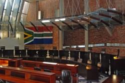 Una imagen del recinto del alto tribunal vacío. Todos salieron a fumar...