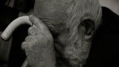 Un joven de 27 años fue detenido acusado de asfixiar a su abuelo de 76, cada vez que el anciano se negaba a darle dinero. (Archivo)