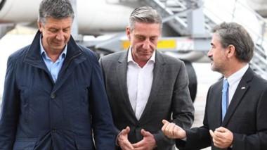 Recepción. Desde la izquierda, el diputado de Cambiemos, Menna, el gobernador Mariano Arcioni y el director de la empresa, Marcelo Cantón.