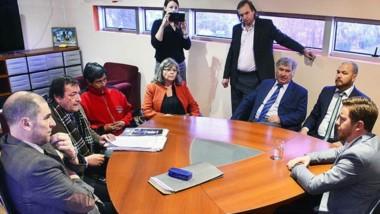 Privilegio. El intendente Bowen declaró en su despacho y vestida de naranja, Bortagaray lo escuchó atenta.