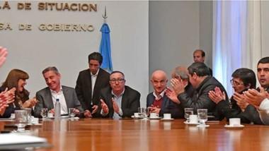 Aplausos. La firma de convenios entre el gobernador Arcioni y los jefes de las comunas rurales.