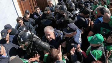 Una mala experiencia. La protesta llevada adelante en Rawson por parte de los estatales en la que terminó falleciendo el comisario Néstor Chávez.