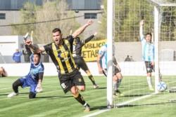 Gimenez festeja su gol en el césped del estadio