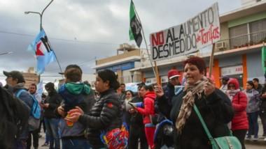 Organizaciones de Trelew marcharon ayer por las calles en contra de un nuevoa aumento de la tarifa.