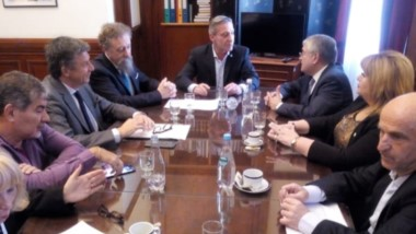 El gobernador junto al ministro Garzonio durante el encuentro con diputados y senadores de Chubut.
