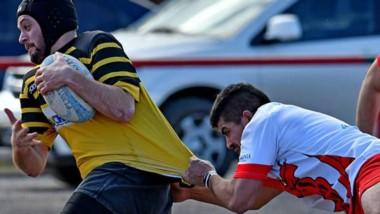 Gonzalo Lucero, autor del primer try, intenta avanzar peroes sujetado. Patoruzú arrancó el certamen con un buen triunfo como visitante.