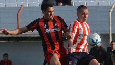 """Tomás Satler protege el balón de espaldas al marcador. Racing ganó el clásico en el """"Cayetano Castro""""."""