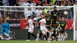 El tiro libre perfecto de Banega en la goleada del Sevilla frente a Standard Lieja.