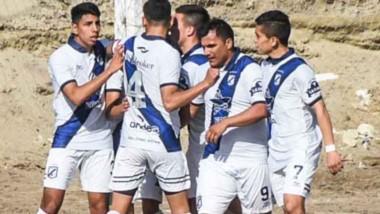 """Brown celebra uno de sus goles. La """"Banda"""" ganó su cuarto partido y se convirtió en el líder de la zona 3."""