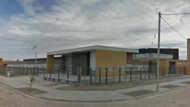 La escuela Nº 224 está ubicada en la intersección de las calles Cacique Nahuelpan y John Murray Thomas, al este de Trelew.
