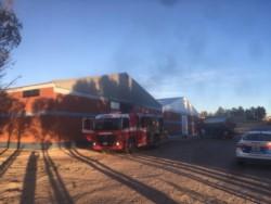 El fuego afectó parte del depósito de taller de la pesquera (foto @nicomaciel)