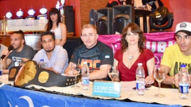 Ayer se realizó el pesaje en el Casino Club, con Arévalo, los peleadores invitados y Paloma Fabrykant.