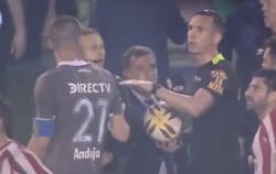 El árbitro Dóvalo suspendió el encuentro por las malas condiciones climáticas.