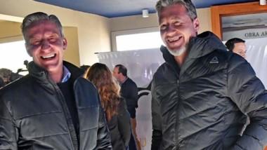Trabajo conjunto. Arcioni y Taito, muy sonrientes en Punta Tombo.