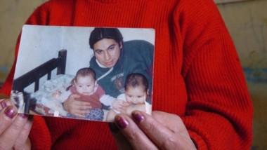 Dolor. María Millacura y una postal de su hijo, Iván Torres.