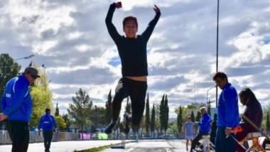 """El salto en largo fue una de las disciplinas atléticas que tuvieron lugar en la pista municipal """"José Romano"""" de la ciudad de Trelew."""